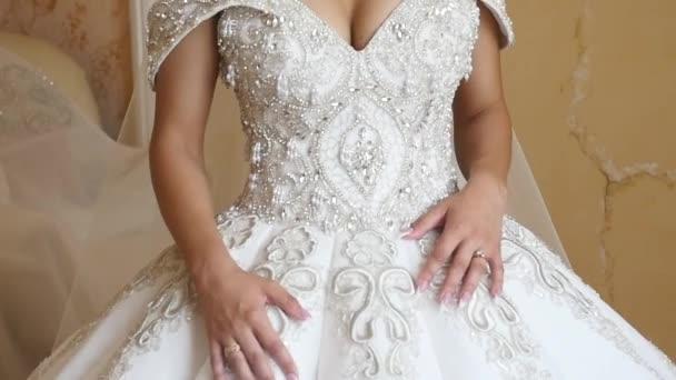 Svatební ráno, nevěsta stojí v svatební šaty a dlouhý závoj a čeká na ženicha