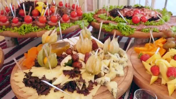 maso, zeleninu a sýry občerstvení na stole. svatební stůl. bufetového stolu