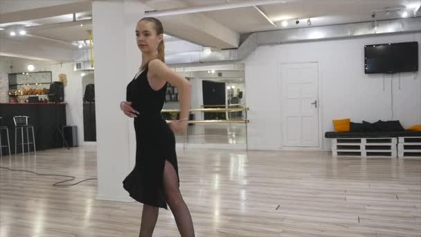Tänzerin übt im Tanzstudio.