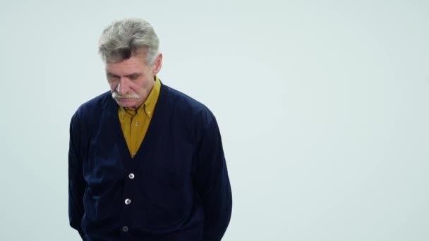 Smutné, starší muž izolovaných na bílém pozadí