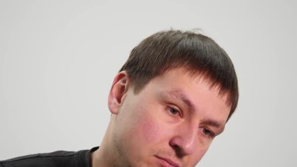 Pohledný muž zobrazeno různé emoce. Zblízka.