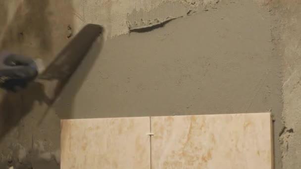 Junger Meister Stellt Keramische Fliesen An Wand Im Zimmer Er Legt - Fliesen verputzen video