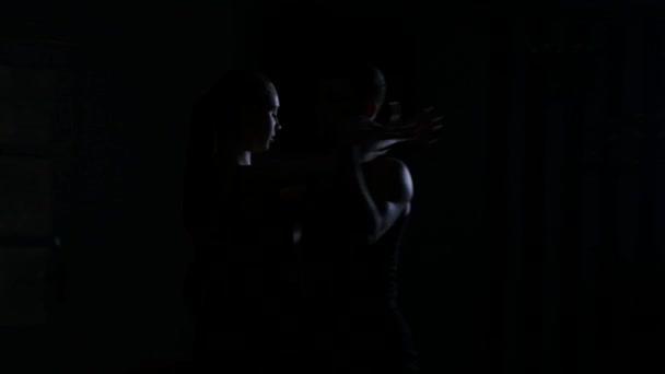 Silhouette eines Paares, das im Schulungsraum tanzt