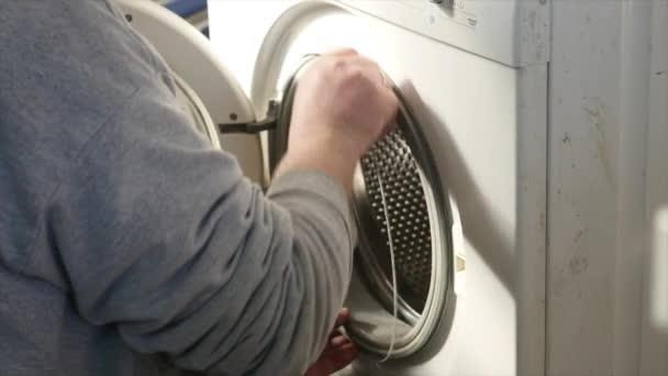 Egy szerelőt teljesen lebontják a Vezérlőpult, a mosógépbe. Ő szükséges-hoz erősít a egész berendezés.