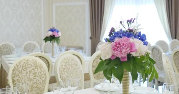 Květinové dekorace na svatební stoly