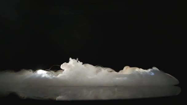 Közeli kép a jég füst tálba fekete háttér ellenében