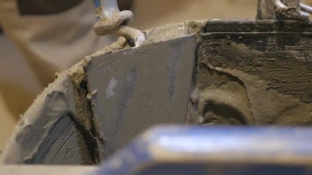 Poner azulejos en la pared. Ceramista lentamente está colocando ...