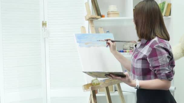 Künstler malt Ölmalpinsel in der Hand mit Palette