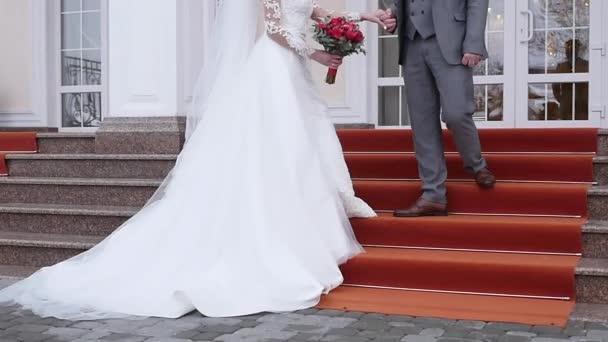 Romantická nevěsta a ženich pár drží za ruce na svatební den
