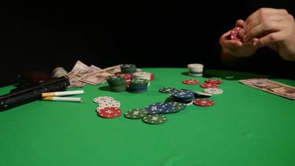 Vše v. Detail člověka dělá vše v sedle u pokerového stolu
