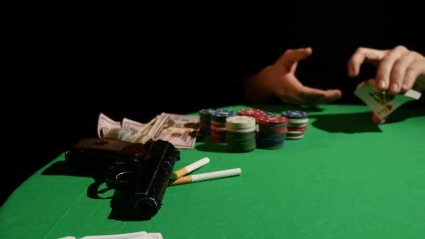 Pokerový hráč míchání karet, detail