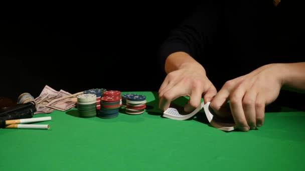 Giocatore di poker mischiare carte, close-up