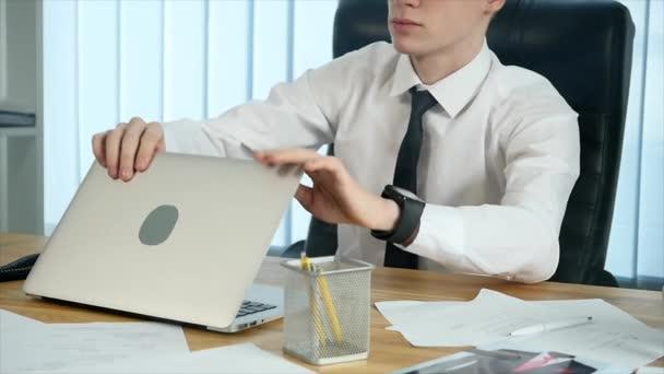 Podnikatel je elektronická cigareta kouření na pracovišti v úřadu. Zpomalený pohyb