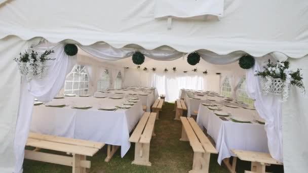 schöner Bankettsaal unter einem Zelt für einen Hochzeitsempfang
