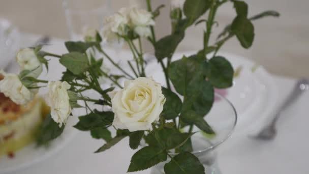 Decorazioni di fiori sui tavoli matrimonio