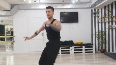 b2c14ec8ef2 El bailarín profesional ensaya. Es en la sala de ensayos. Ensaya la danza  contemporánea