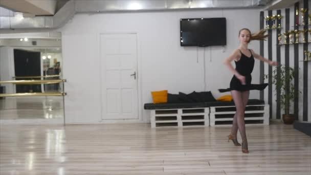 táncos nő excersizing a tánc stúdió szoba. lassú mozgás