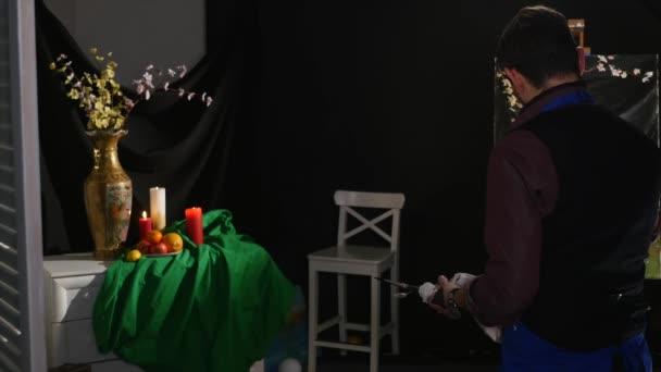 muž malba zátiší obraz na plátně v ateliéru