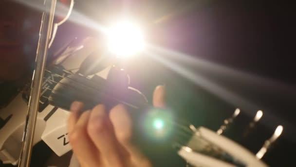 Zenész éneklő hegedűművész játszik eszköz Szimfonikus koncert szólista. dedolight háttér