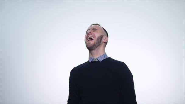 Stylish vousatý muž s atraktivními tmavé oči, úsměv do kamery. Pozitivní emoce