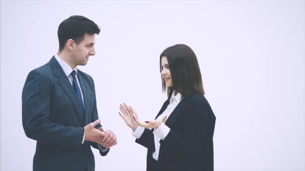 Vyjednávání obchodních partnerů. Muž a žena v oblecích mluví pohrdavě, gesty, třesou si rukama.