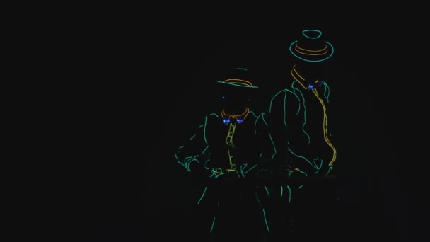 Barmen zeigen. Leistung. Bardame und Barmann sind bereit, die Show zu beginnen. Hintergrund ändert Farbe. von schwarz zu blau. Zeitlupe. 4k.