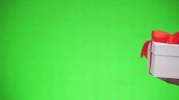 Bílá dárková krabice s červenou stuhou luk je izolován na zeleném pozadí. Všechno nejlepší. Zavřít. Kopírovat prostor.
