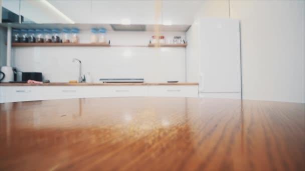 Kukuřičná krupice spadne na hromadu na stůl na pozadí v kuchyni. Zavřít. Rozumím. 4k.