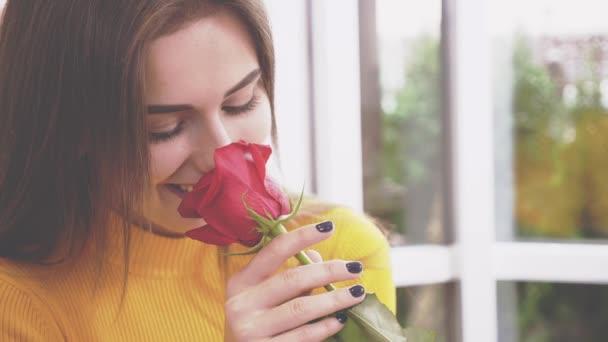 Nádherná brunetka cítí v kavárně růži. Zavřít. Rozumím. 4k.