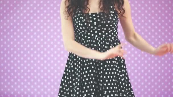Kinky Brunnete Mädchen tanzen, winken komisch ihre Hände, hüpfen fröhlich.