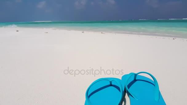 v02021 Maledivy krásné pláže pozadí bílé písečné tropický ráj ostrov s modrou oblohu moře vody oceánu 4k žabky