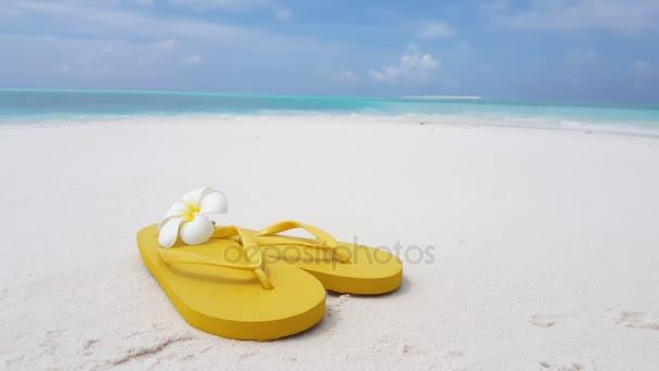v02031 Maldív-szigetek gyönyörű strand háttér fehér homokos trópusi paradicsom sziget égszínkék tenger víz ocean 4k flip papucs