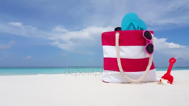 v02121 Maledivy krásné pláže pozadí bílé písečné tropický ráj ostrov s modrou oblohu moře vody oceánu 4k vaku žabky