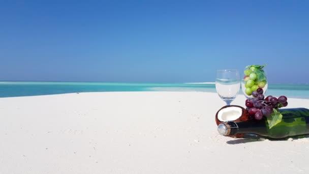 v02411 Maledivy krásné pláže pozadí bílé písečné tropický ráj ostrov s modrou oblohu moře vody oceánu 4k šampaňské hrozny kokos