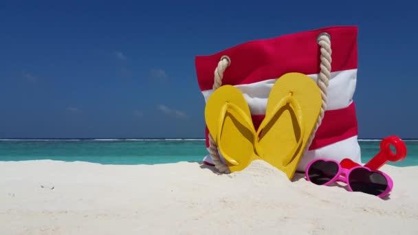 v02461 Maledivy krásné pláže pozadí bílé písečné tropický ráj ostrov s modrou oblohu moře vody oceánu 4k vaku překlopit propadáků sluneční brýle
