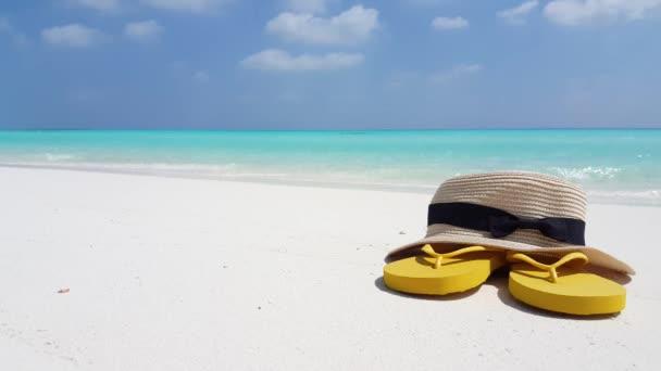 v02109 Maledivy krásné pláže pozadí bílé písečné tropický ráj ostrov s modrou oblohu moře vody oceánu 4k hat žabky
