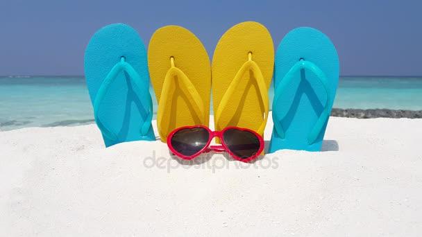 v02835 Maledivy krásné pláže pozadí bílé písečné tropický ráj ostrov s modrou oblohu moře vody oceánu 4k překlopit propadne sluneční brýle