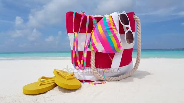 v02841 Maledivy krásné pláže pozadí bílé písečné tropický ráj ostrov s modrou oblohu moře vody oceánu 4k piknik taška flip flopy bikiny