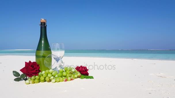 v02923 Maledivy krásné pláže pozadí bílé písečné tropický ráj ostrov s modrou oblohu moře vody oceánu 4k láhev šampaňského skleněné hrozny