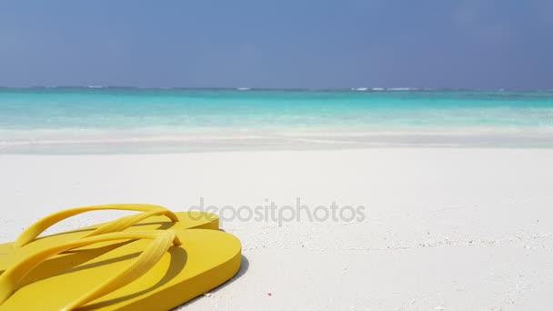 v02931 Maledivy krásné pláže pozadí bílé písečné tropický ráj ostrova s modrou oblohu moře vody oceánu 4k žluté žabky