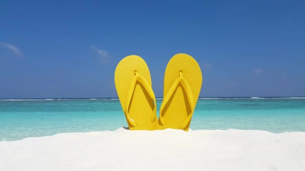 v02937 Maledivy krásné pláže pozadí bílé písečné tropický ráj ostrova s modrou oblohu moře vody oceánu 4k žluté žabky