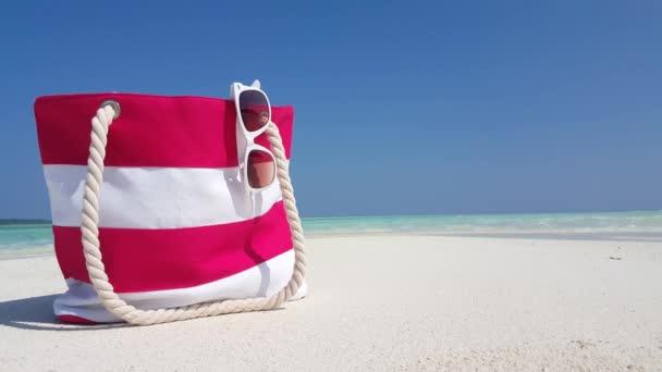 v02943 Maledivy krásné pláže pozadí bílé písečné tropický ráj ostrov s modrou oblohu moře vody oceánu 4k piknik taška sluneční brýle