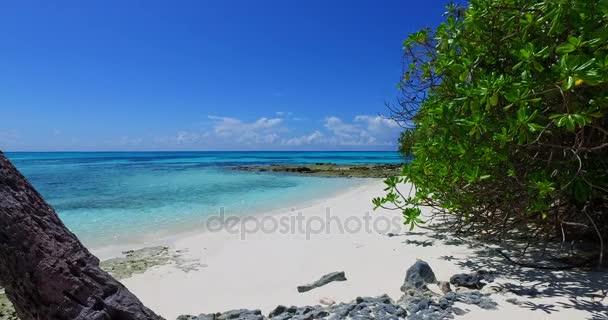 v02944 Maledivy krásné pláže pozadí bílé písečné tropický ráj ostrov s modrou oblohu moře vody oceánu 4k