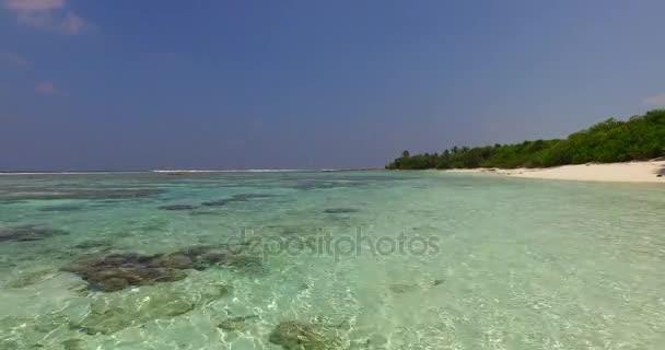 v02982 Maledivy krásné pláže pozadí bílé písečné tropický ráj ostrov s modrou oblohu moře vody oceánu 4k