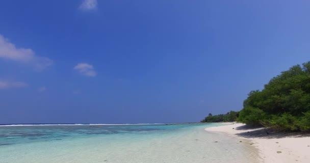 v02986 Maledivy krásné pláže pozadí bílé písečné tropický ráj ostrov s modrou oblohu moře vody oceánu 4k