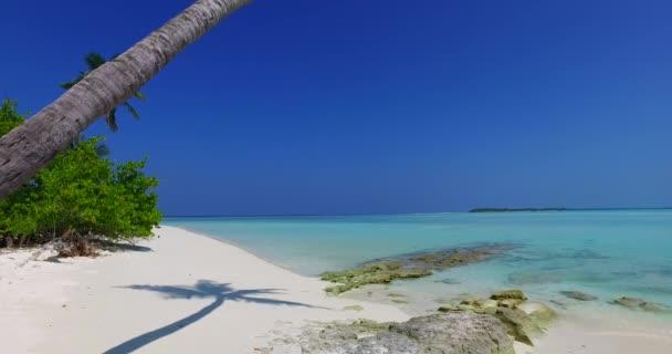 v01022 Maledivy krásné pláže pozadí bílé písečné tropický ráj ostrov s modrou oblohu moře vody oceánu 4k