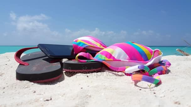 v01113 Maledivy krásné pláže pozadí bílé písečné tropický ráj ostrov s modrou oblohu moře vody oceánu 4k překlopit propadne bikiny telefon