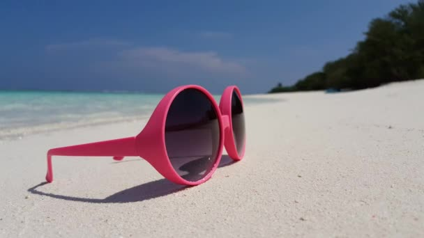 v01181 Maledivy krásné pláže pozadí bílé písečné tropický ráj ostrova s modrou oblohu moře vody oceánu 4k růžové brýle