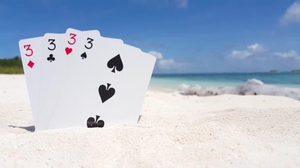 v01197 Maledivy krásné pláže pozadí bílé písečné tropický ráj ostrov s modrou oblohu moře vody oceánu 4k hrací karty po třech