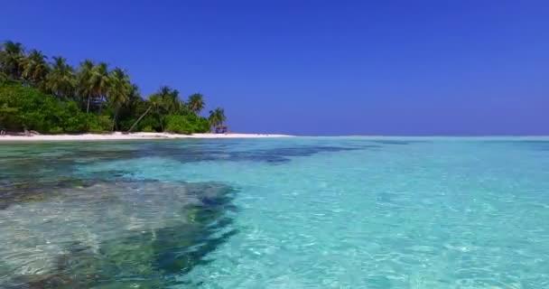 v01474 Maledivy krásné pláže pozadí bílé písečné tropický ráj ostrov s modrou oblohu moře vody oceánu 4k korálový útes